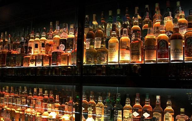 freeios7.com_apple_wallpaper_alcohol-bottles_ipad_retina_parallax