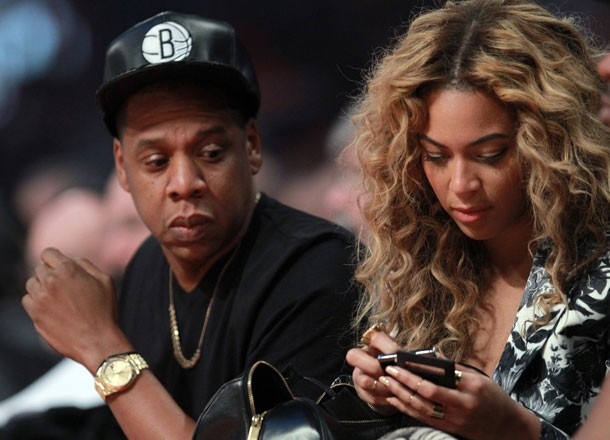 Beyoncé-Knowles-checked-her-phone